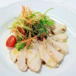 Bianco di pollo e misticanza di verdure con salsa allo yogurt e vaniglia