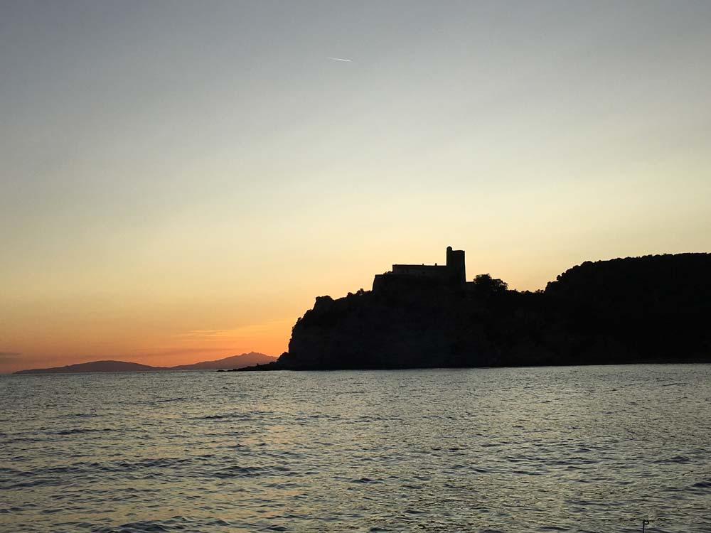 Foto del Forte delle Rocchette al tramonto a Roccamare
