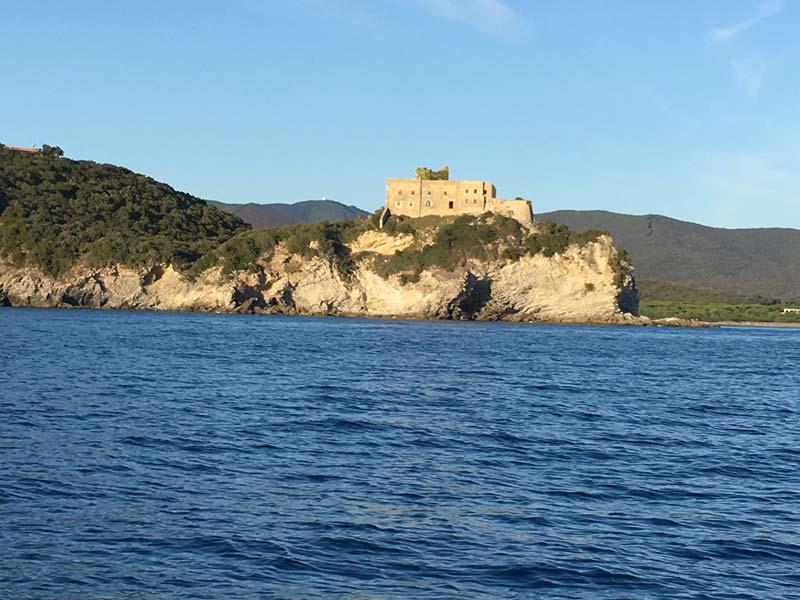 Forte delle Rocchette e pineta di Roccamare visti dal mare