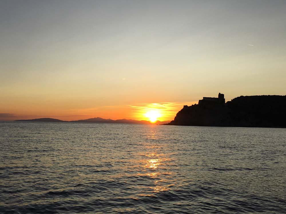 Mare al tramonto sulla spiaggia delle Rocchette, in Maremma