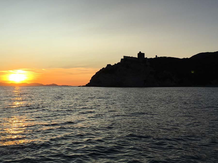 Rocca delle Rocchette al tramonto vista dalla spiaggia di Roccamare