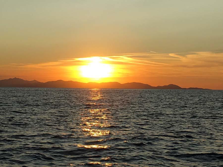 Tramonto romantico sul mare di Cala Violina