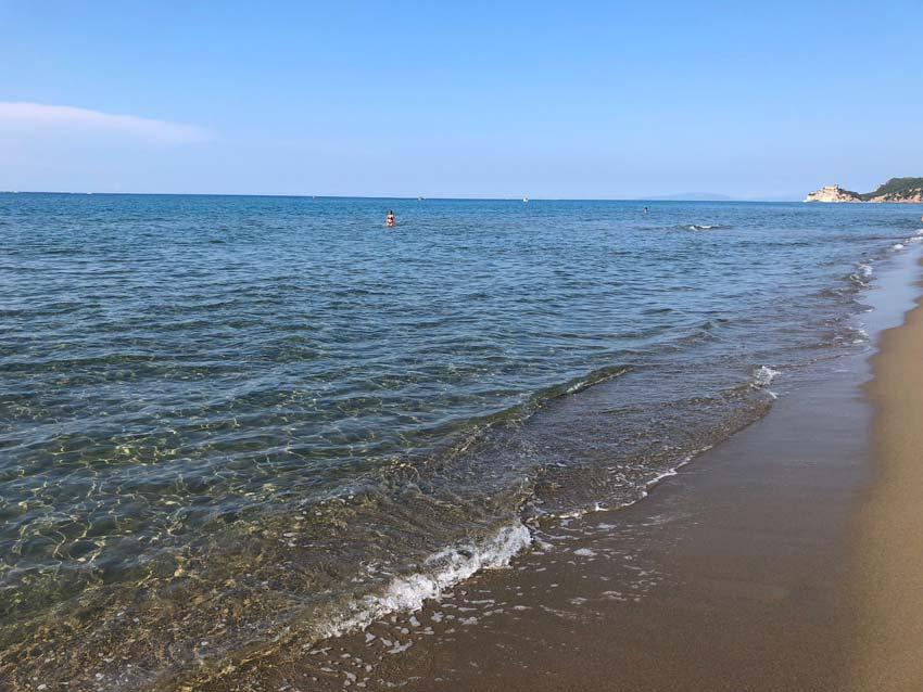 Foto della spiaggia di Roccamare e della sua acqua limpida e pulita