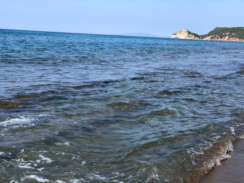 Foto del mare limpido delle Rocchette, nel sud della Toscana