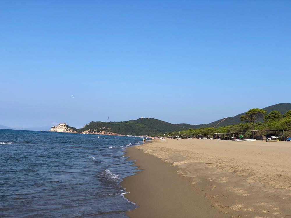 Spiaggia di Roccamare e pineta