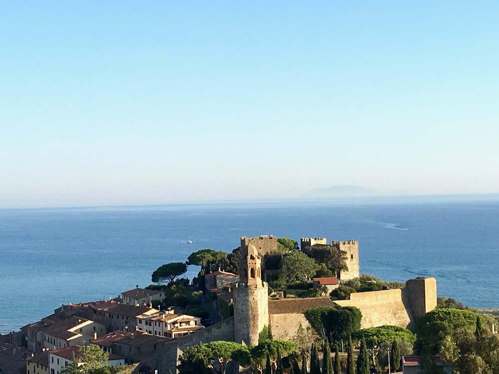 Splendida foto aerea del castello e del mare di Castiglione della Pescaia